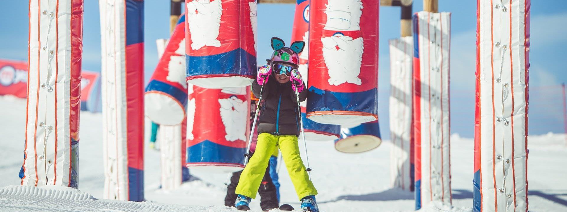 Bambini che si divertono sul percorso Yepi della ski area Mottolino a Livigno
