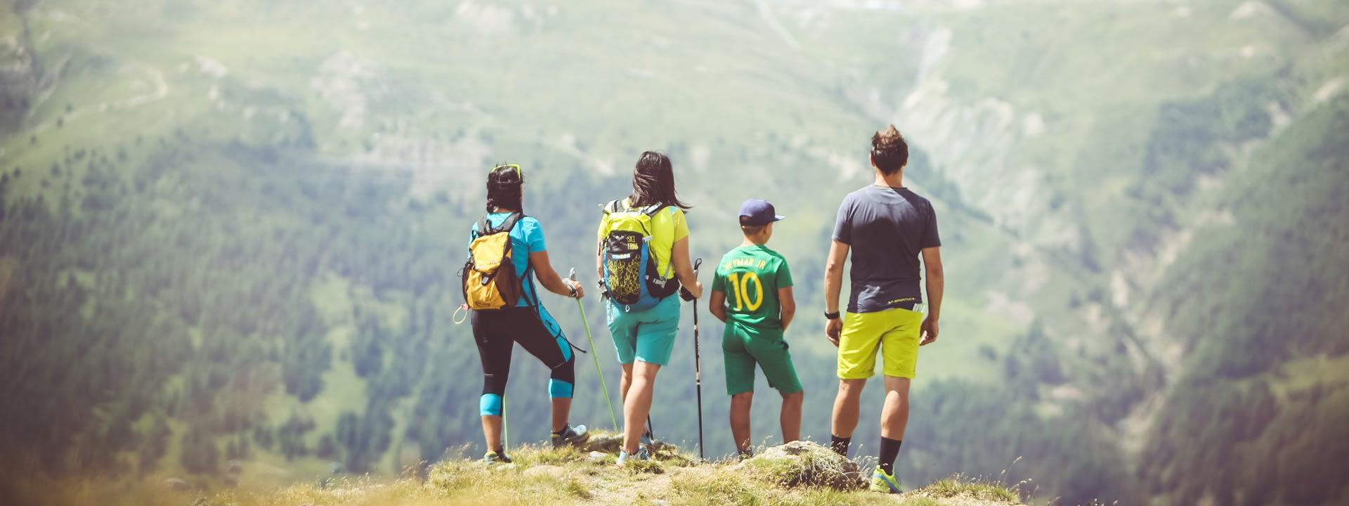 Gruppo di persone che guarda l'orizzonte in cima al Mottolino a Livigno