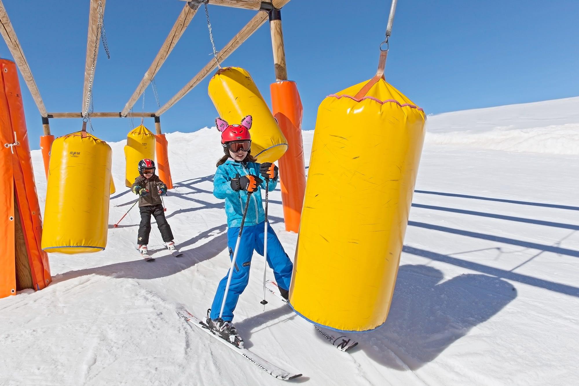 Percorsi con giochi per bambini sugli sci