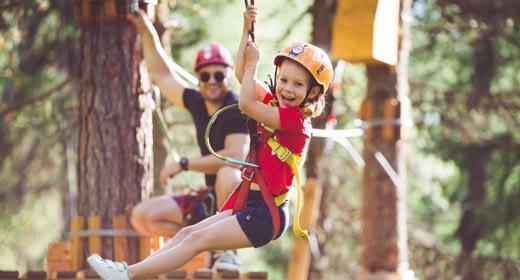 Famiglia che si diverte sui percorsi del Larix Park di Mottolino a Livigno