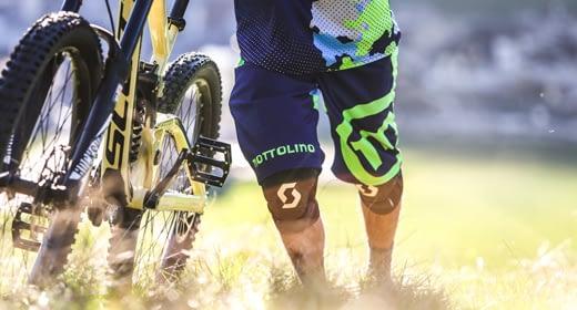 Biker accede ai sentieri del bikepark Mottolino a Livigno