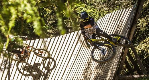 Struttura in legno nel bosco per riders professionisti