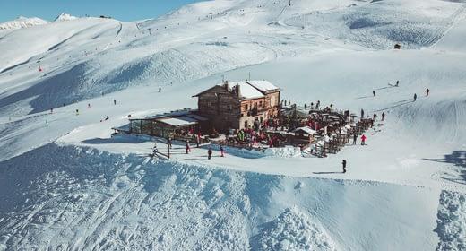 Panoramica del rifugio Camanel in alta quota nella ski area Mottolino a Livigno