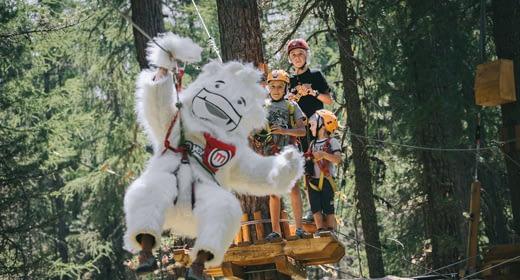 Bambini e Yepi che si divertono sui percorsi del Larix Park di Mottolino a Livigno