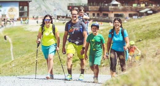 Famiglia che passeggia in quota al Mottolino di Livigno