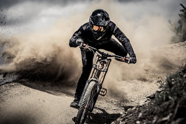 Riders durante il downhill al Mottolino