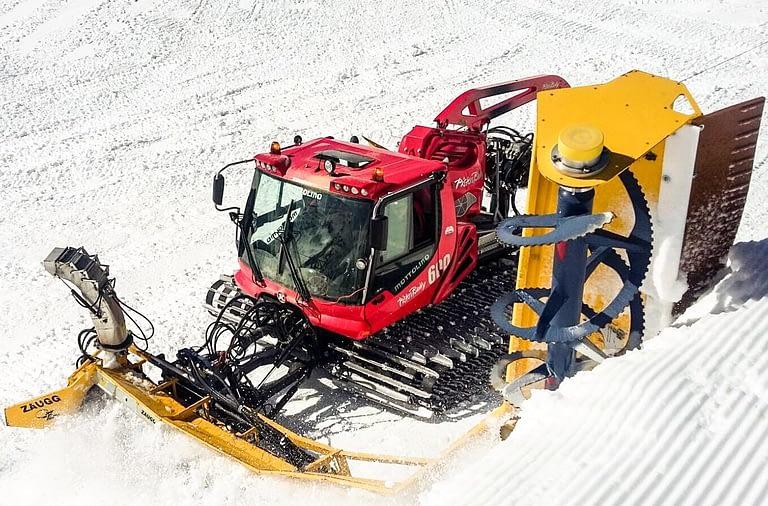 gatto delle nevi in azione sul Mottolino per FIS Freestyle