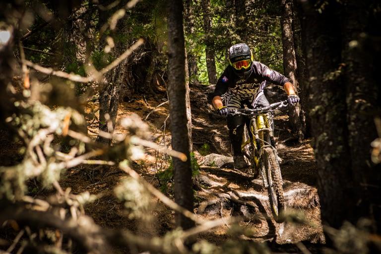 Downhill in mezzo al bosco sul Mottolino Bikepark