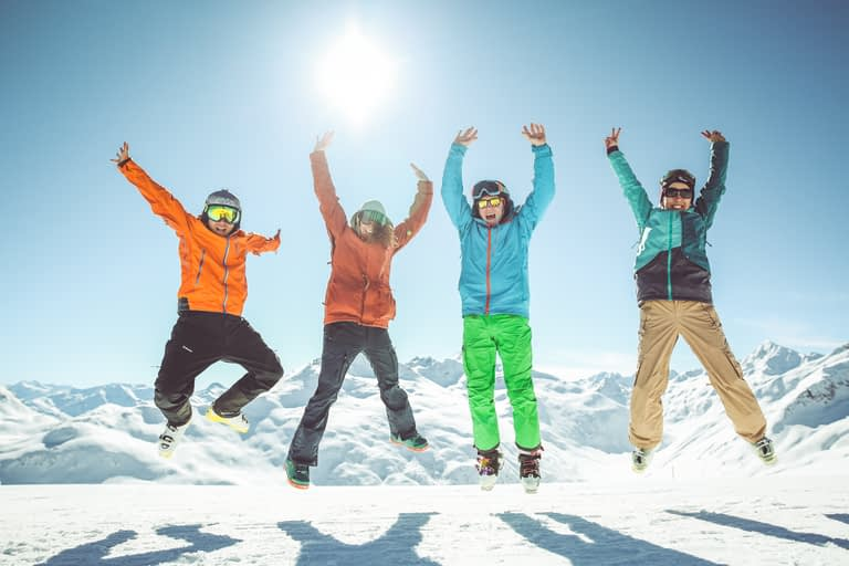 Sciatori felici con lo Skipass free di Mottolino