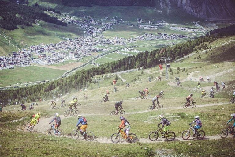 sentiero Mottolino con riders in fila