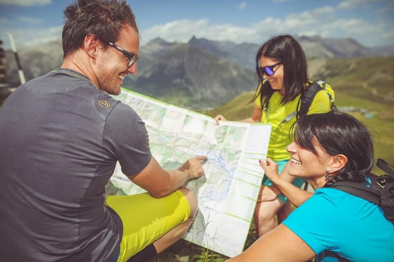 Famiglia con mappa in vacanza estiva a Livigno