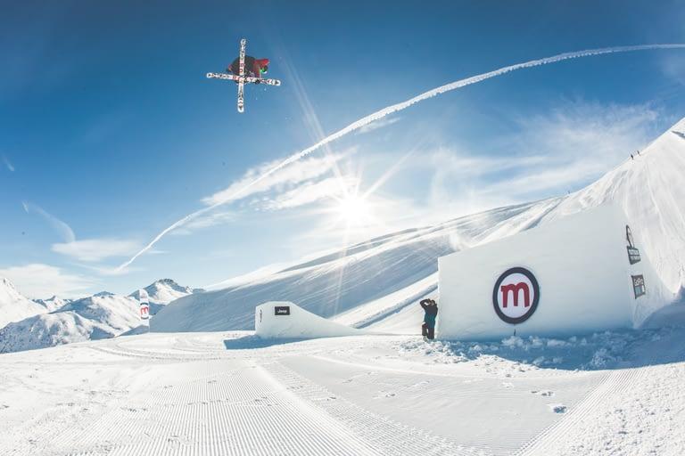Snowpark Mottolino con atleta sugli sci in azione