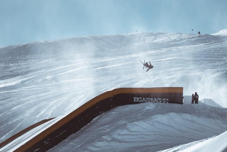 evoluzioni sugli sci sul Mottolino