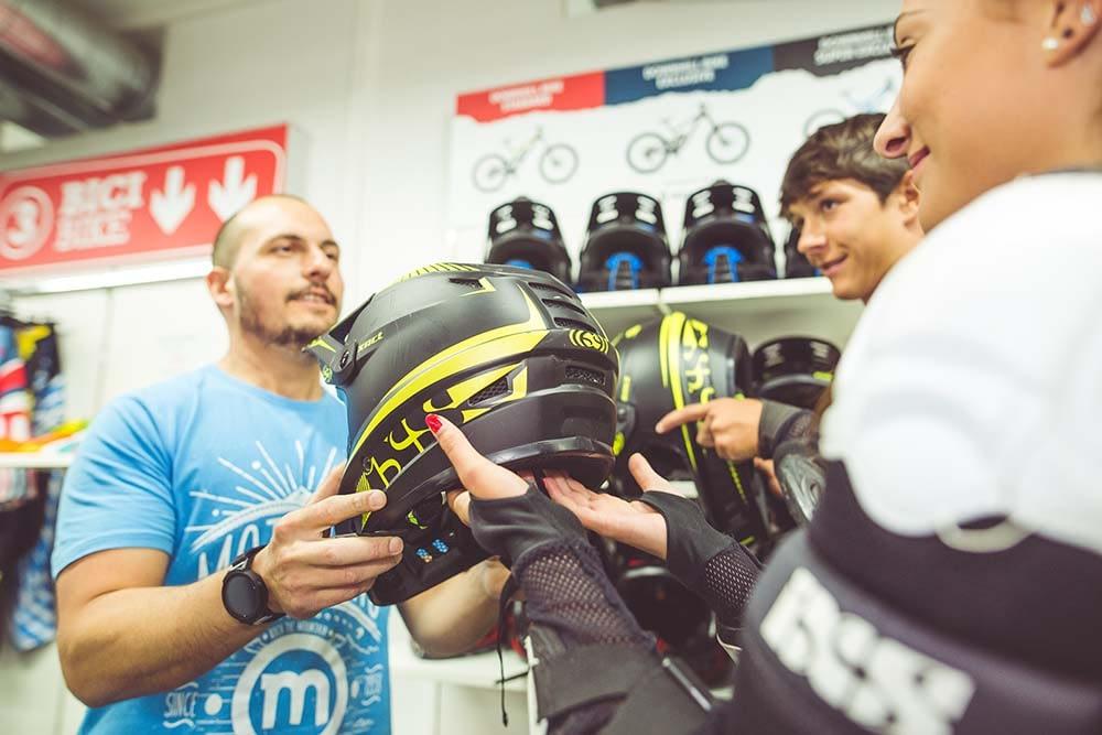 casco protettivo per riders che vogliono sfidare le discese del Mottolino