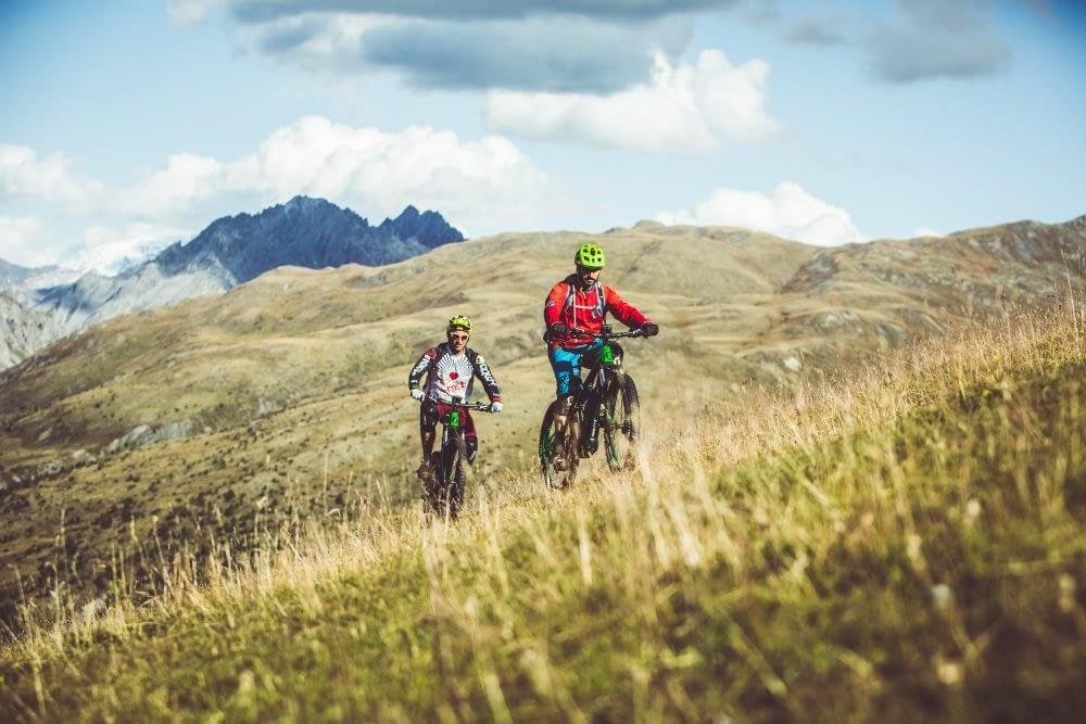 Escursione con la mountain bike sulle Alpi