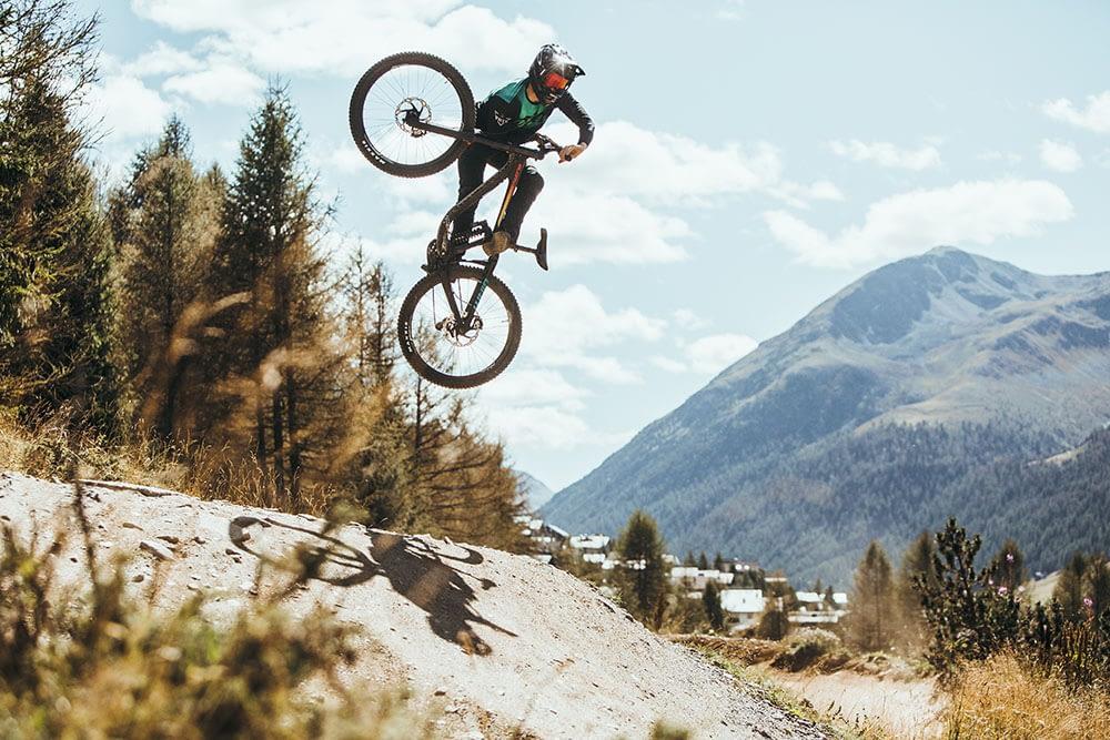 Salti acrobatici con mountain bike sul MOttolino Biuke Park