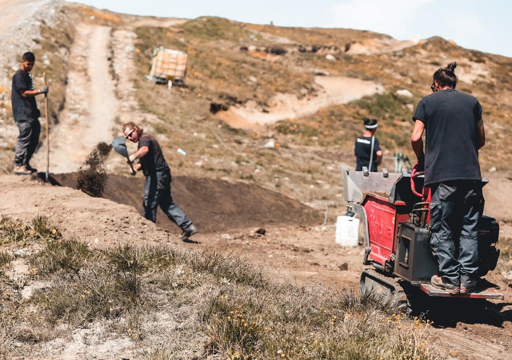 I trailbuilders al lavoro nei sentieri del Mottolino Bikepark di Livigno
