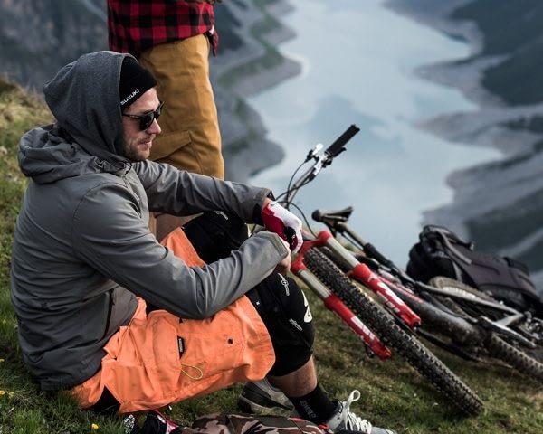 Biker in un momento di relax in cima alla montagna a Livigno