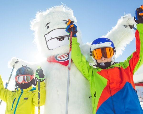 Bambini insieme a Yepi sulla ski area Mottolino a Livigno