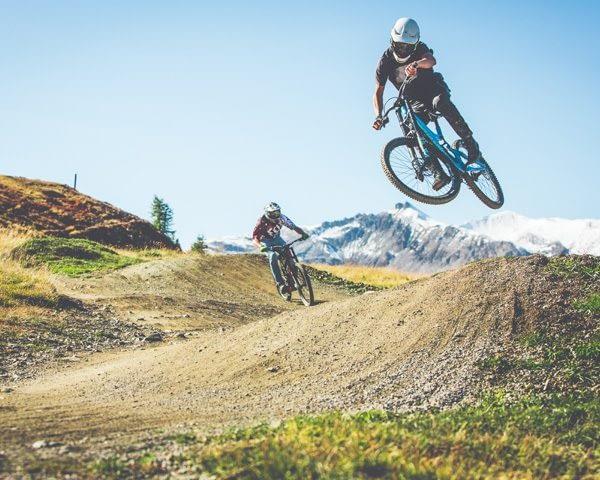 Bikers che saltano al Mottolino Bikepark Livigno