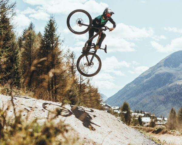 Salto biker pro al Mottolino Bikepark di Livigno