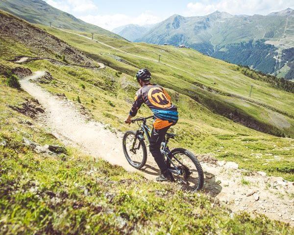 Biker su Enduro Natural Trail del Bikepark Mottolino Livigno