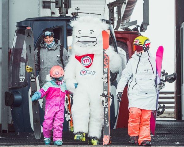 Famiglia con Yepi verso le piste della ski area Mottolino a Livigno