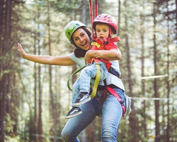 Famiglia che si diverte sul percorso fucsia del Larix Park del Mottolino a Livigno