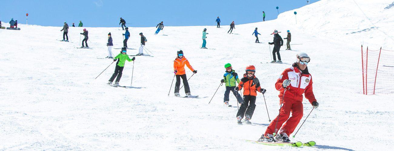 Lezione di gruppo con il maestro della Scuola Sci Centrale di Livigno sulla pista blu della ski area Mottolino