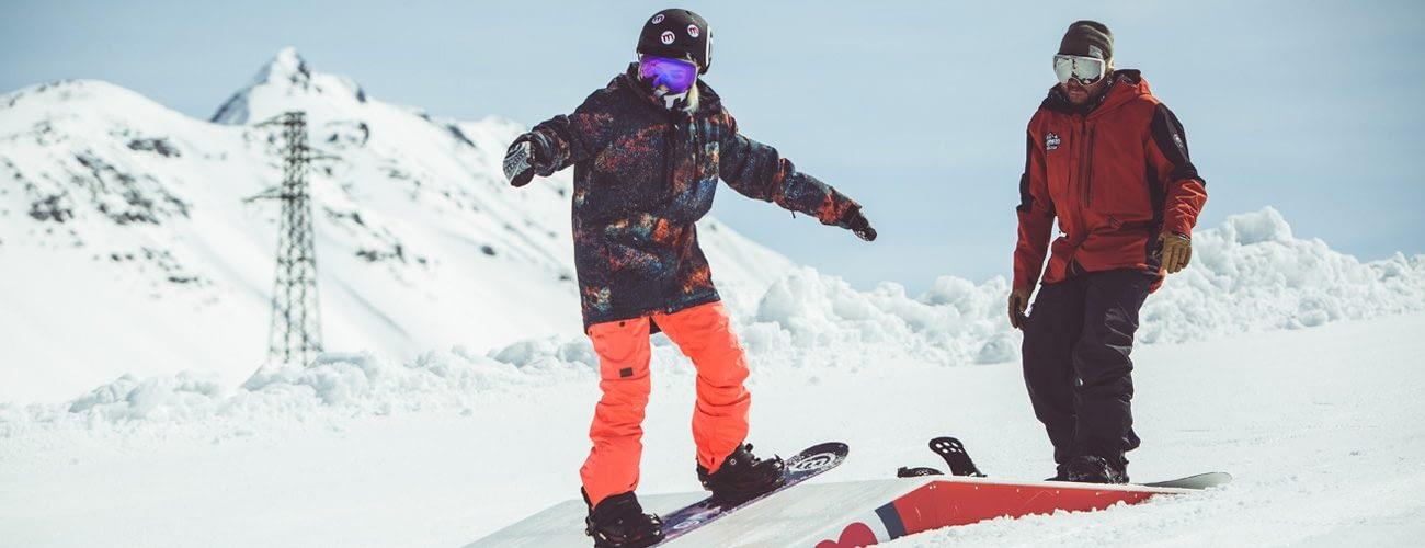 Lezione di snowboard allo snowpark Mottolino con il maestro della scuola Madness di Livigno