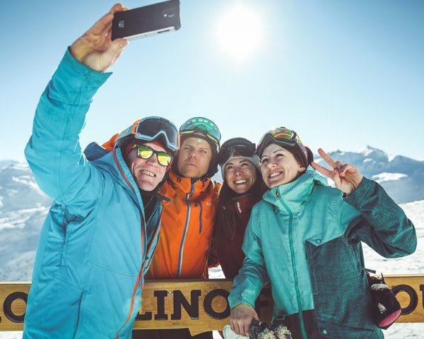 Amici in vacanza che si scattano un selfie sulla ski area Mottolino a Livigno